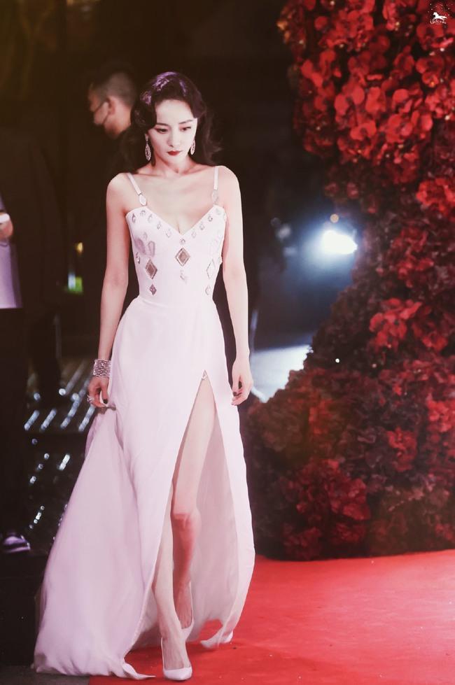 Thảm đỏ Vogue tối nay: Dương Mịch hở bạo, Ảnh hậu Châu Đông Vũ khiến fan lo lắng vì quá gầy gò - Ảnh 1.