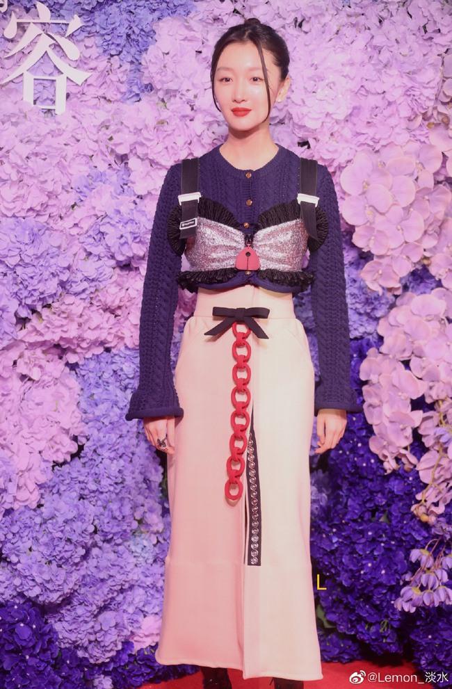 Thảm đỏ Vogue tối nay: Dương Mịch hở bạo, Ảnh hậu Châu Đông Vũ khiến fan lo lắng vì quá gầy gò - Ảnh 2.