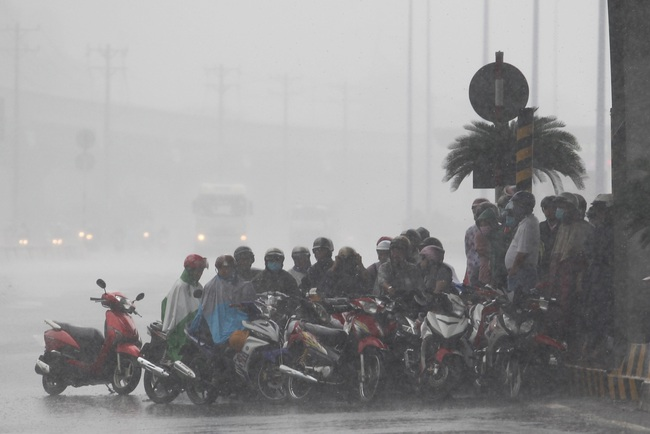 Bão số 8 suy yếu thành ATNĐ, áp sáp Thanh Hóa - Nghệ An, mưa như trút tại miền Bắc và Trung Bộ - Ảnh 2.