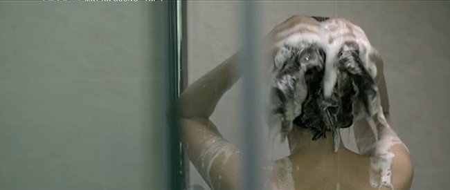 Mặt nạ gương mở màn với vụ án ném xác xuống sông, Lương Thu Trang lộ cảnh tắm trần nóng bỏng - Ảnh 6.