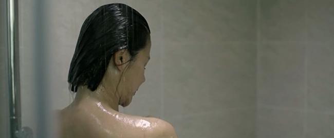 Mặt nạ gương mở màn với vụ án ném xác xuống sông, Lương Thu Trang lộ cảnh tắm trần nóng bỏng - Ảnh 7.