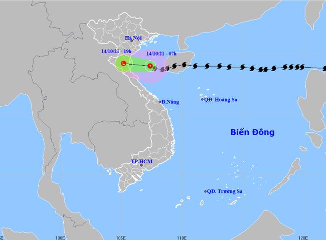 Bão số 8 suy yếu thành ATNĐ, áp sáp Thanh Hóa - Nghệ An, mưa như trút tại miền Bắc và Trung Bộ - Ảnh 1.