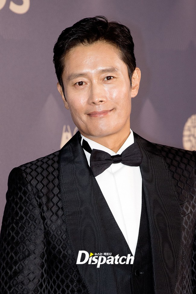 """Thảm đỏ LHP Busan ngày 3: Tài tử Lee Byung Hun đụng độ """"em trai Song Hye Kyo"""" Yoo Ah In - Ảnh 2."""