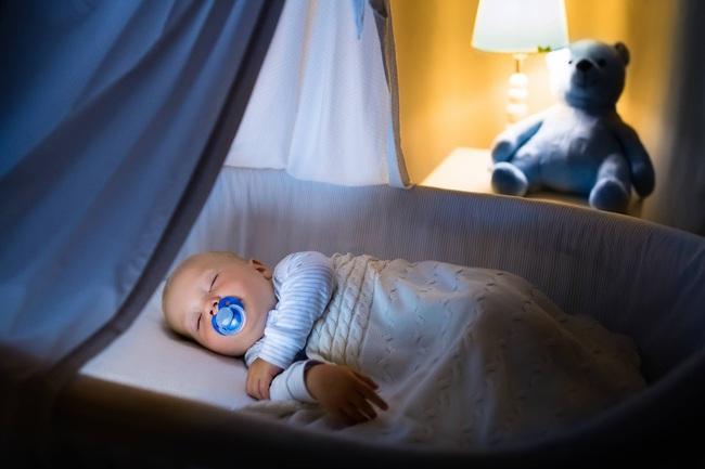 Méc nhỏ các cha mẹ mẹo chọn đèn ngủ để con vừa ngủ ngon vừa không bị dậy thì sớm - Ảnh 1.