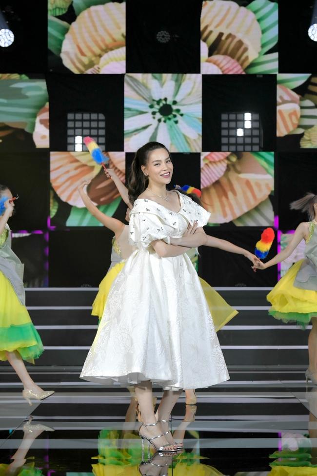 Hồ Ngọc Hà hát nhạc xuân mới, tiếp tục sánh đôi bên Trấn Thành trở thành cặp  MC duyên dáng - Ảnh 2.
