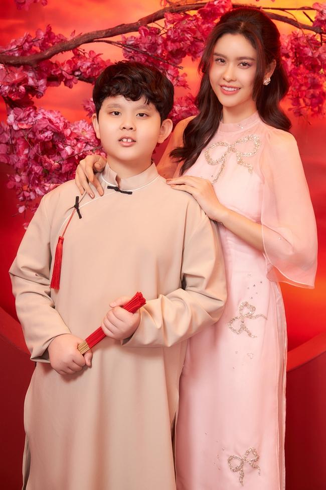 Con trai Trương Quỳnh Anh lớn phổng phao, chững chạc đứng cạnh mẹ trong bộ ảnh Tết - Ảnh 2.