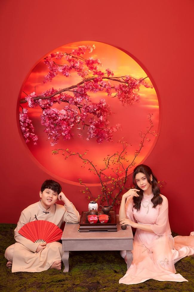 Con trai Trương Quỳnh Anh lớn phổng phao, chững chạc đứng cạnh mẹ trong bộ ảnh Tết - Ảnh 3.