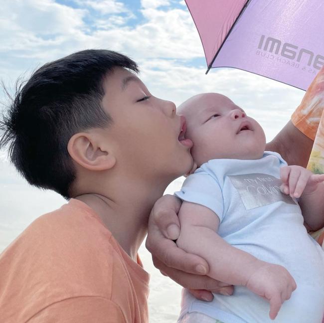 Bé Leon nhà Hồ Ngọc Hà mới vài tháng tuổi đã diện đồ hàng hiệu sang xịn, nhưng biết giá thì nhiều mẹ cũng muốn mua luôn - Ảnh 1.