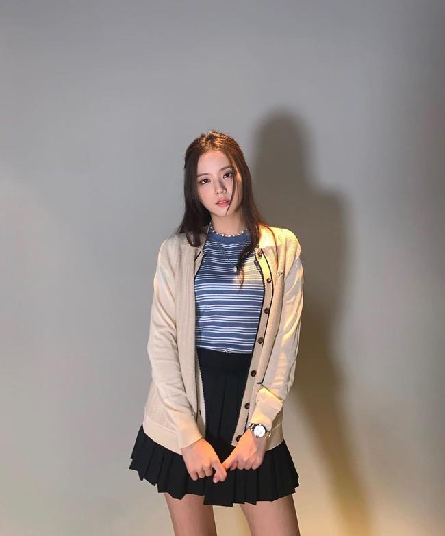 """Thấp nhất nhóm nhưng Jisoo chưa bao giờ bị dìm dáng khi mặc váy nhờ 11 cách lên đồ thông minh, chị em nên """"hóng"""" ngay - Ảnh 7."""
