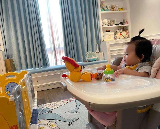 """Không hổ danh """"rich kid ngậm thìa vàng"""", bé Suchin nhà Cường Đô La dùng ghế ăn dặm xịn sò, loại đắt nhất của hãng mới chịu - Ảnh 1."""