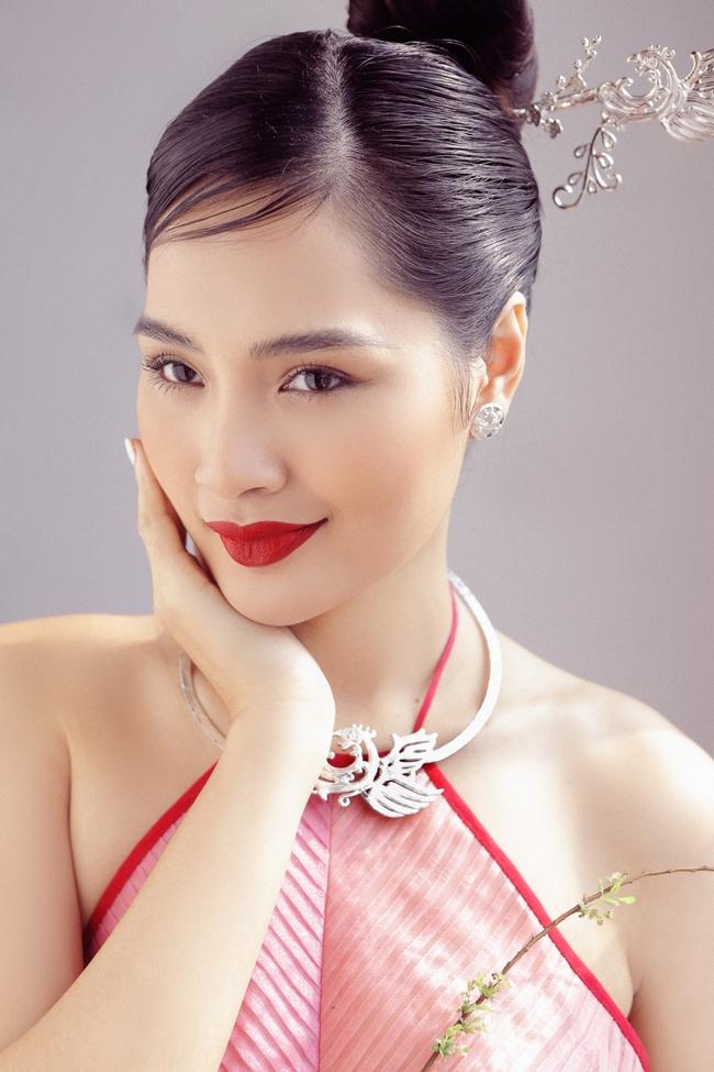 Hoa hậu Hương Giang diện áo yếm đẹp như nàng thơ, chia sẻ việc đón Tết ở Sài Gòn - Ảnh 8.