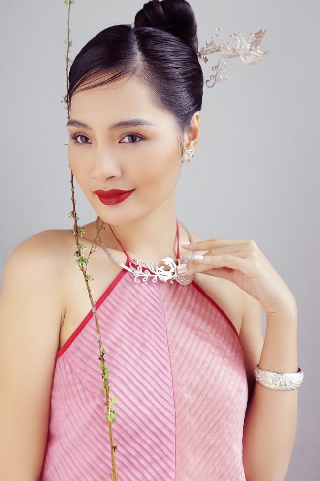 Hoa hậu Hương Giang diện áo yếm đẹp như nàng thơ, chia sẻ việc đón Tết ở Sài Gòn - Ảnh 9.