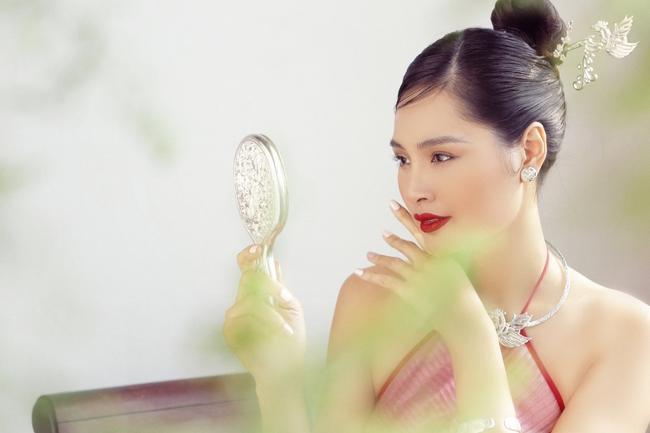 Hoa hậu Hương Giang diện áo yếm đẹp như nàng thơ, chia sẻ việc đón Tết ở Sài Gòn - Ảnh 5.