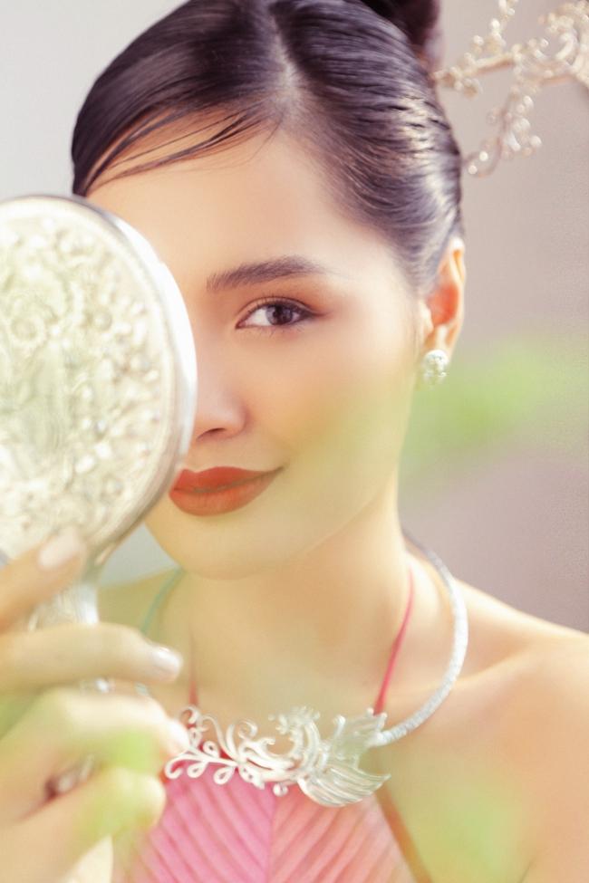 Hoa hậu Hương Giang diện áo yếm đẹp như nàng thơ, chia sẻ việc đón Tết ở Sài Gòn - Ảnh 6.