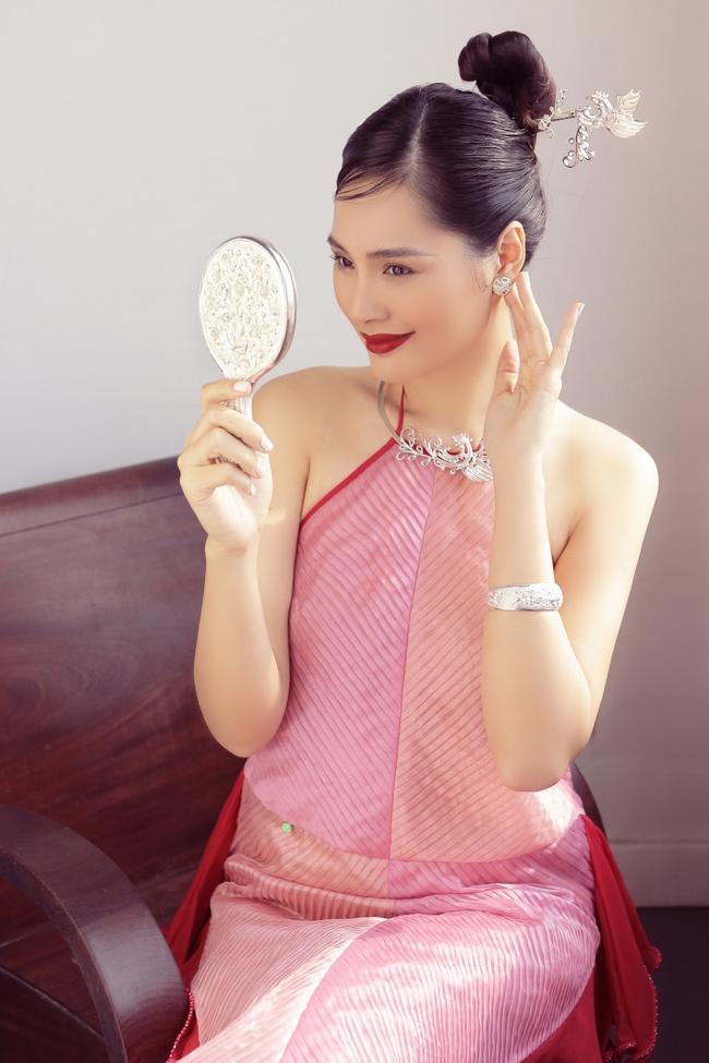 Hoa hậu Hương Giang diện áo yếm đẹp như nàng thơ, chia sẻ việc đón Tết ở Sài Gòn - Ảnh 4.