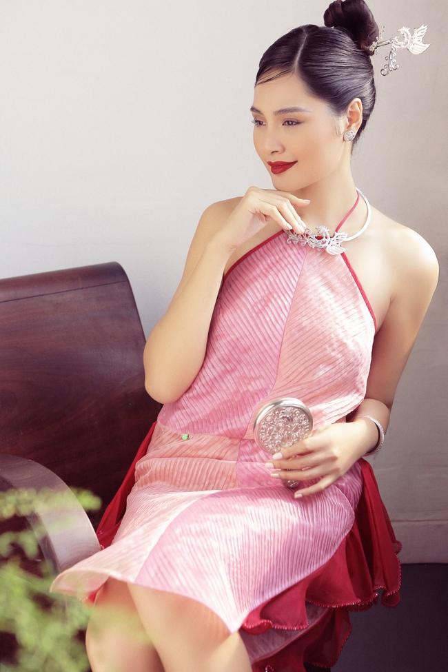 Hoa hậu Hương Giang diện áo yếm đẹp như nàng thơ, chia sẻ việc đón Tết ở Sài Gòn - Ảnh 11.