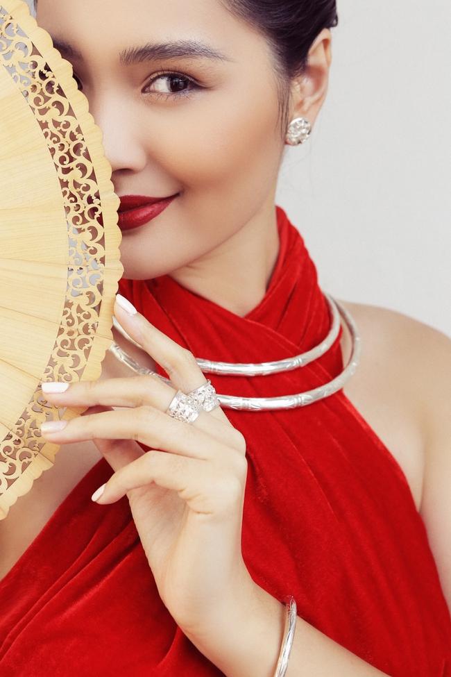 Hoa hậu Hương Giang diện áo yếm đẹp như nàng thơ, chia sẻ việc đón Tết ở Sài Gòn - Ảnh 7.