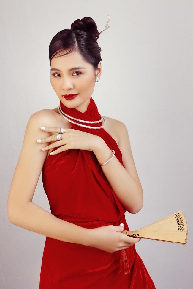 Hoa hậu Hương Giang diện áo yếm đẹp như nàng thơ, chia sẻ việc đón Tết ở Sài Gòn - Ảnh 3.