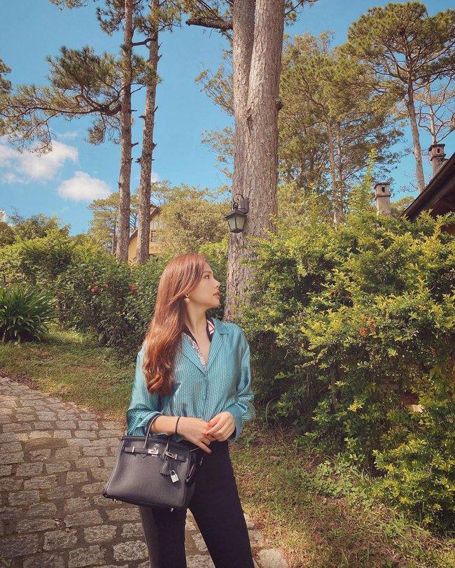 Những outfit đơn giản nhưng cực ra dáng phu nhân Tổng giám đốc của Phanh Lee - Ảnh 10.