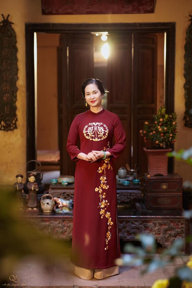 """Gia đình nghệ sĩ nổi tiếng ở Hà Nội chung sống tứ đại đồng đường, tự gói bánh chưng ngày Tết, cỗ cúng chỉn chu 2 lần/ngày, tự thú chuyện có bị """"Tết ăn mình""""? - Ảnh 1."""