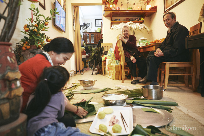 """Gia đình nghệ sĩ nổi tiếng ở Hà Nội chung sống tứ đại đồng đường, tự gói bánh chưng ngày Tết, cỗ cúng chỉn chu 2 lần/ngày, tự thú chuyện có bị """"Tết ăn mình""""? - Ảnh 3."""