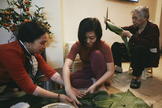 """Gia đình nghệ sĩ nổi tiếng ở Hà Nội chung sống tứ đại đồng đường, tự gói bánh chưng ngày Tết, cỗ cúng chỉn chu 2 lần/ngày, tự thú chuyện có bị """"Tết ăn mình""""? - Ảnh 6."""