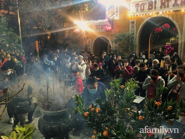 """Người Hà Nội đổ về chùa Quán Sứ """"xin lộc"""" sau giao thừa, cầu mong một năm mới bình an, khỏe mạnh - Ảnh 2."""