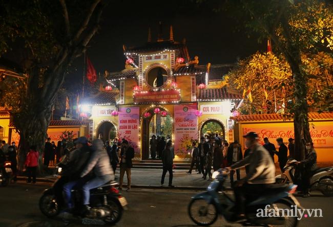 """Người Hà Nội đổ về chùa Quán Sứ """"xin lộc"""" sau giao thừa, cầu mong một năm mới bình an, khỏe mạnh"""
