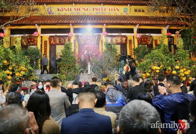 """Người Hà Nội đổ về chùa Quán Sứ """"xin lộc"""" sau giao thừa, cầu mong một năm mới bình an, khỏe mạnh - Ảnh 3."""