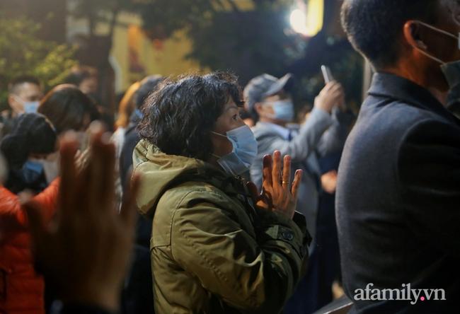 """Người Hà Nội đổ về chùa Quán Sứ """"xin lộc"""" sau giao thừa, cầu mong một năm mới bình an, khỏe mạnh - Ảnh 4."""