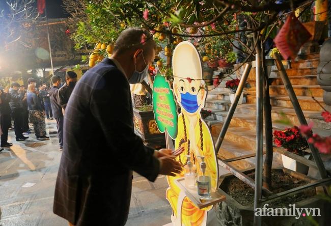 """Người Hà Nội đổ về chùa Quán Sứ """"xin lộc"""" sau giao thừa, cầu mong một năm mới bình an, khỏe mạnh - Ảnh 7."""