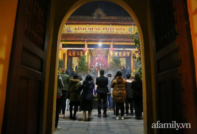 """Người Hà Nội đổ về chùa Quán Sứ """"xin lộc"""" sau giao thừa, cầu mong một năm mới bình an, khỏe mạnh - Ảnh 8."""