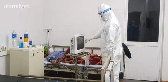 Bác sĩ Ngân chăm sóc bệnh nhân COVID-19 tại Bệnh viện Phổi Quảng Ninh.