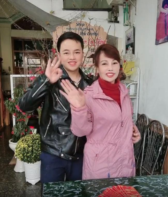 """Cô dâu Cao Bằng U70 được chồng trẻ ôm eo tình tứ đón Tết, khuôn mặt đã bớt lệch trẻ xinh hơn nhưng vẫn bị dân mạng chê """"trông như 2 bà cháu"""" - Ảnh 4."""