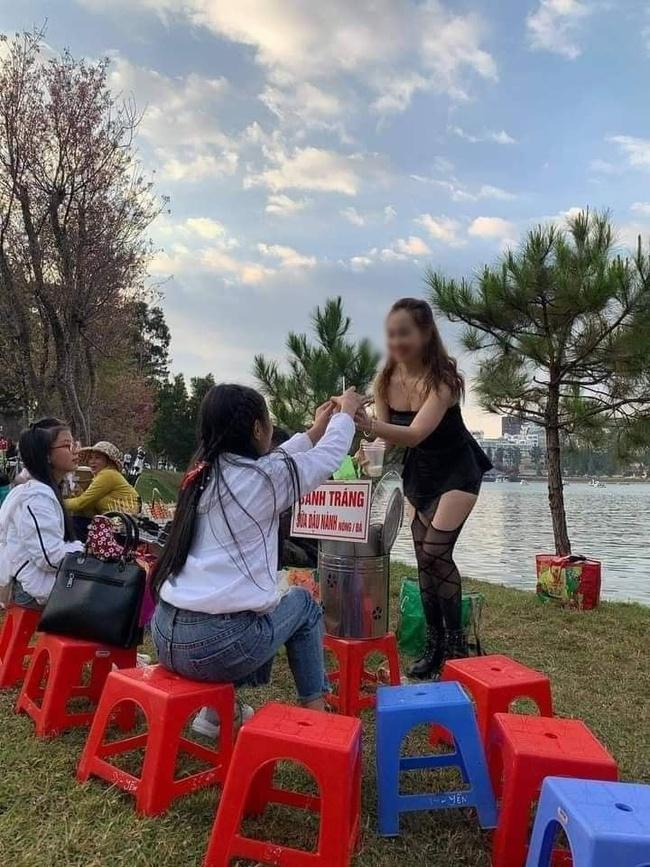 Cô gái gây khó hiểu khi diện đầm không dây, kèm tất lưới hở đùi táo bạo để... đứng bán đồ ăn vặt ở hồ Than Thở, Đà Lạt  - Ảnh 2.