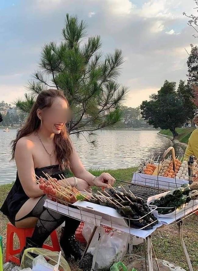 Cô gái gây khó hiểu khi diện đầm không dây, kèm tất lưới hở đùi táo bạo để... đứng bán đồ ăn vặt ở hồ Than Thở, Đà Lạt  - Ảnh 1.