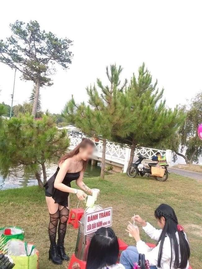 Cô gái gây khó hiểu khi diện đầm không dây, kèm tất lưới hở đùi táo bạo để... đứng bán đồ ăn vặt ở hồ Than Thở, Đà Lạt  - Ảnh 3.