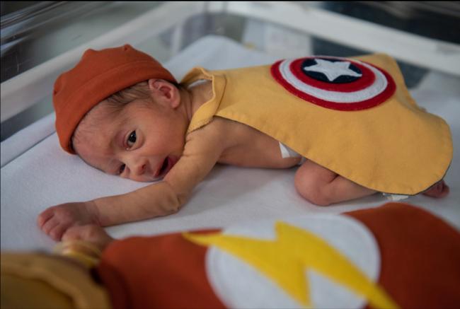 Hình ảnh những em bé sinh non hóa thân thành các siêu anh hùng, chứng minh khả năng chiến đấu mạnh mẽ để giành lại sự sống lay động trái tim người xem  - Ảnh 1.