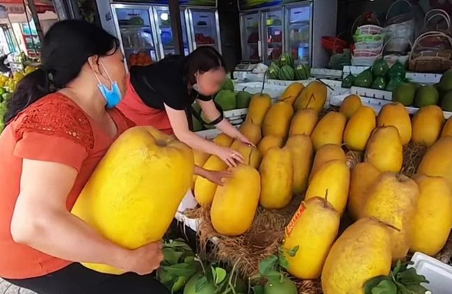 """Loại quả kỳ lạ gây sốt ở Sài Gòn với tên gọi """"trái kỳ đà"""", to gần bằng người ôm và có giá cả triệu đồng 1 quả - Ảnh 1."""