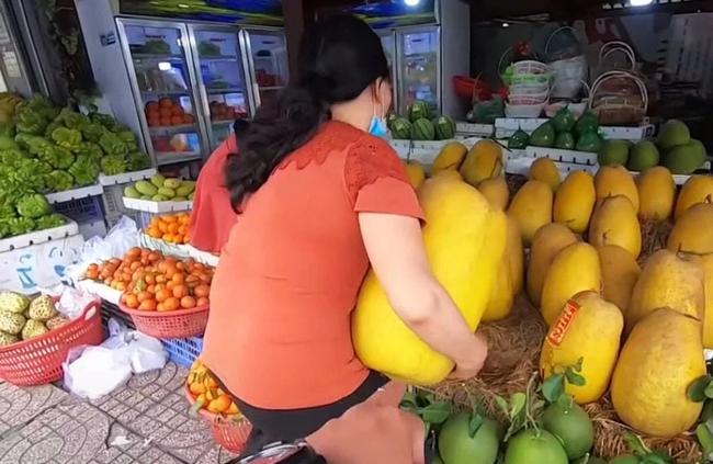 """Loại quả kỳ lạ gây sốt ở Sài Gòn với tên gọi """"trái kỳ đà"""", to gần bằng người ôm và có giá cả triệu đồng 1 quả - Ảnh 2."""
