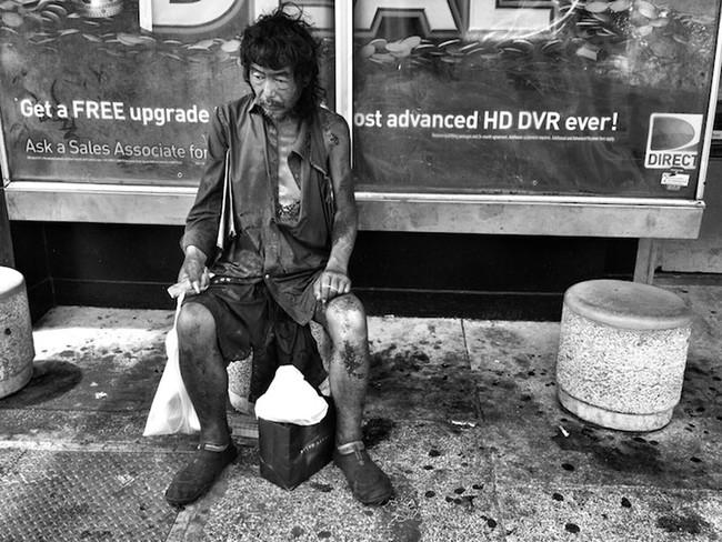 Đi chụp hình người vô gia cư, cô gái mồ côi khóc nghẹn khi phát hiện danh tính người đàn ông rách rưới trong bức ảnh mình vô tình chụp được  - Ảnh 5.