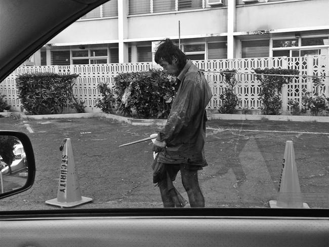 Đi chụp hình người vô gia cư, cô gái mồ côi khóc nghẹn khi phát hiện danh tính người đàn ông rách rưới trong bức ảnh mình vô tình chụp được  - Ảnh 4.