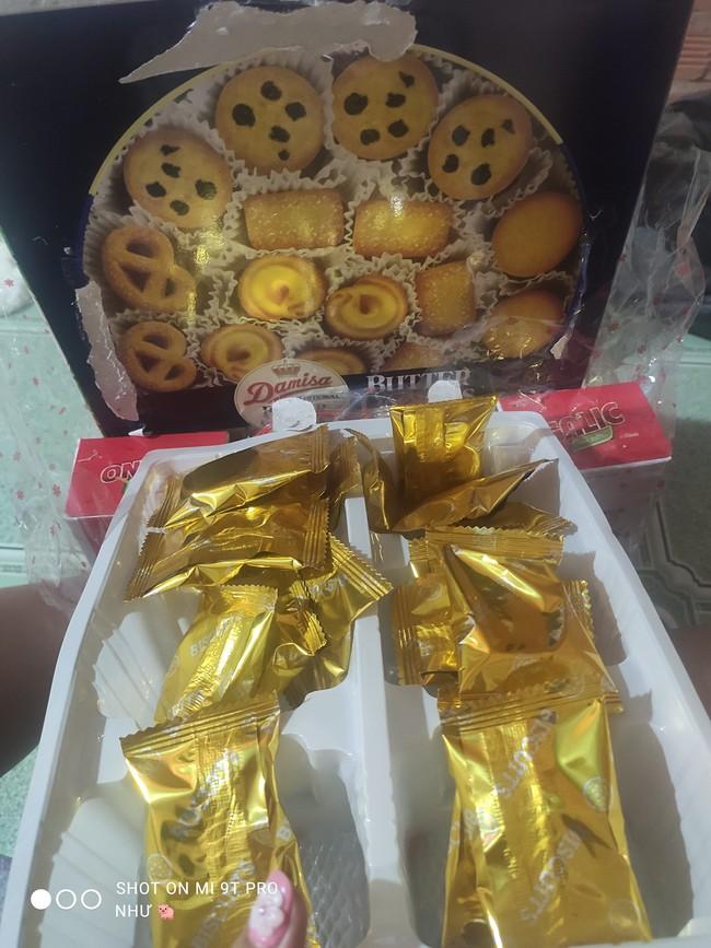 Cuộc chiến khui bánh kẹo Tết vẫn chưa có hồi kết: Lần này là hộp bánh Danisa huyền thoại, bên trong đúng thảm họa nhìn mà giận tím người - Ảnh 2.
