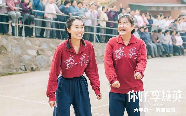 """""""Xin chào Lý Hoán Anh"""" bán vé 4.700 tỷ: Con gái ủng hộ mẹ cưới người yêu mình, làm Weibo dậy sóng vì trend khoe ảnh mẹ lúc trẻ - Ảnh 2."""