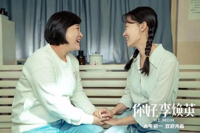 """""""Xin chào Lý Hoán Anh"""" bán vé 4.700 tỷ: Con gái ủng hộ mẹ cưới người yêu mình, làm Weibo dậy sóng vì trend khoe ảnh mẹ lúc trẻ - Ảnh 1."""