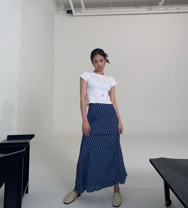 """Khi diện váy dài, Jennie thường làm một điều để không bao giờ hóa nấm lùn và chân được kéo """"ảo tung chảo"""" - Ảnh 3."""