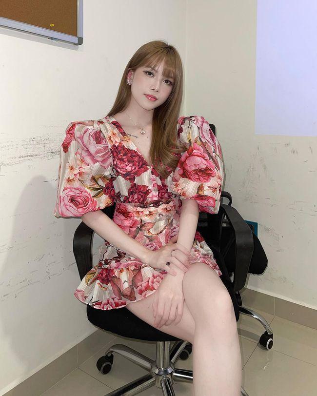 Xuân sang là sao Việt lại đua nhau diện váy hoa, nhìn mê li thế này mà không sắm theo thì rất phí - Ảnh 1.
