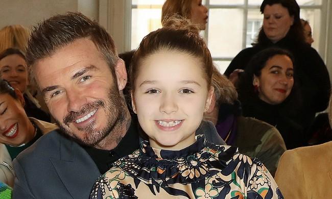 """Trong 4 đứa con thì đây chính là """"thiên thần"""" được vợ chồng  Beckham cưng nựng nhất nhưng cũng khiến cặp đôi bị chê trách nhiều - Ảnh 1."""