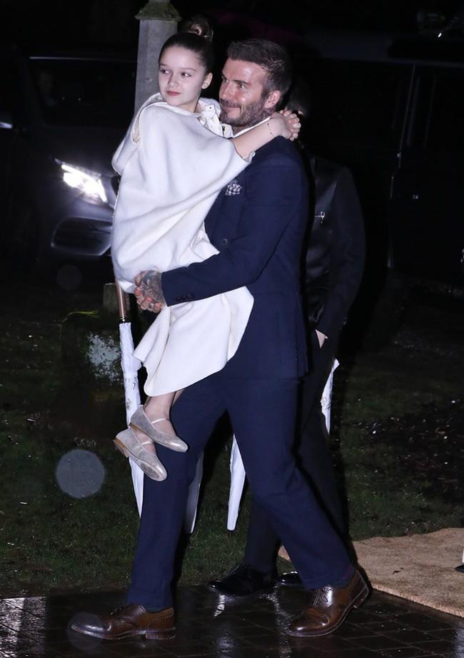 """Trong 4 đứa con thì đây chính là """"thiên thần"""" được vợ chồng  Beckham cưng nựng nhất nhưng cũng khiến cặp đôi bị chê trách nhiều - Ảnh 3."""