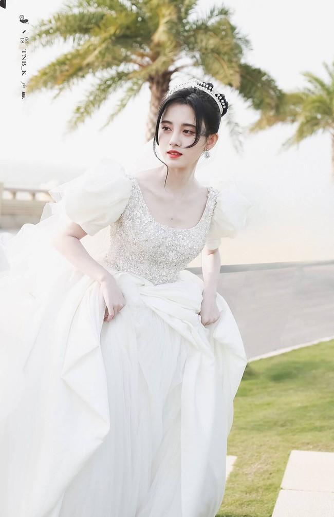 Cúc Tịnh Y mặc váy cưới đẹp mong manh yếu đuối nhưng vẫn bị netizen mắng té tát vì mặt quá đơ cứng  - Ảnh 1.